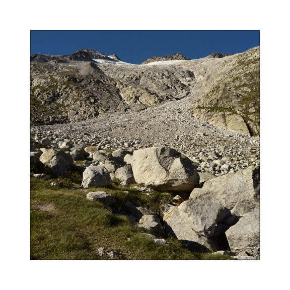 Imagen 1. Vista frontal del ramal oriental del Glaciar del Aneto desde el Valle de Barrancs (hacer click en la imagen para ver una versión ampliada).